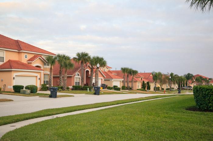 Причин не выстраивать огромные заборы вокруг своих домов у американцев несколько / Фото: zefirka.net