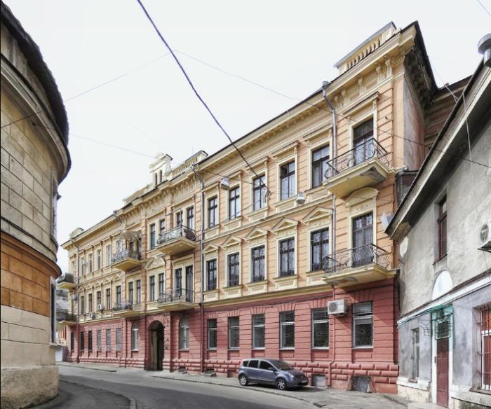 Одесский дом-стена с другого ракурса выглядит, как обычный дом / Фото: yandex.ru