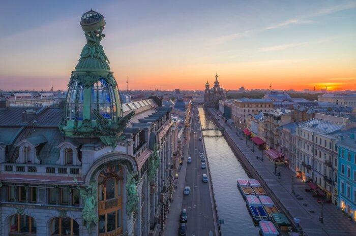 Из-за ограничений по высоте американцы вышли из положения, соорудив из стекла и металла башню, на верхушке которой находится большой глобус / Фото: petersburgguides.ru