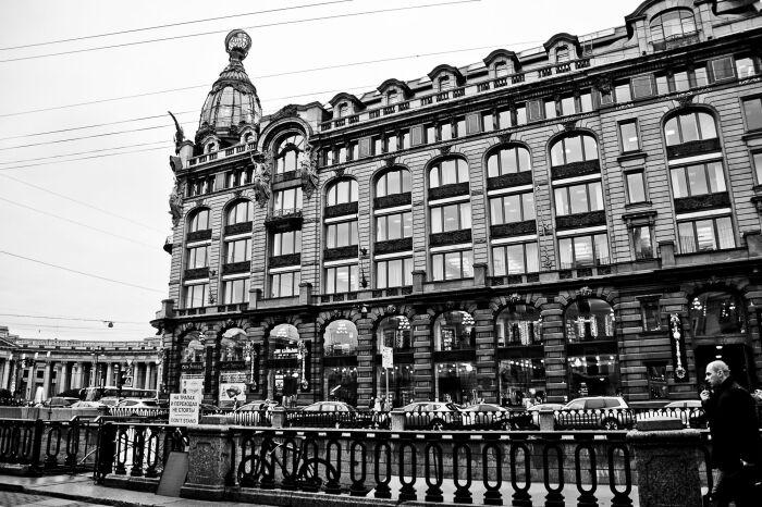 Для здания характерны прочный каркас из металла, сочетающийся с перекрытиями из железобетона и кладкой из кирпича / Фото: lookmytrips.com