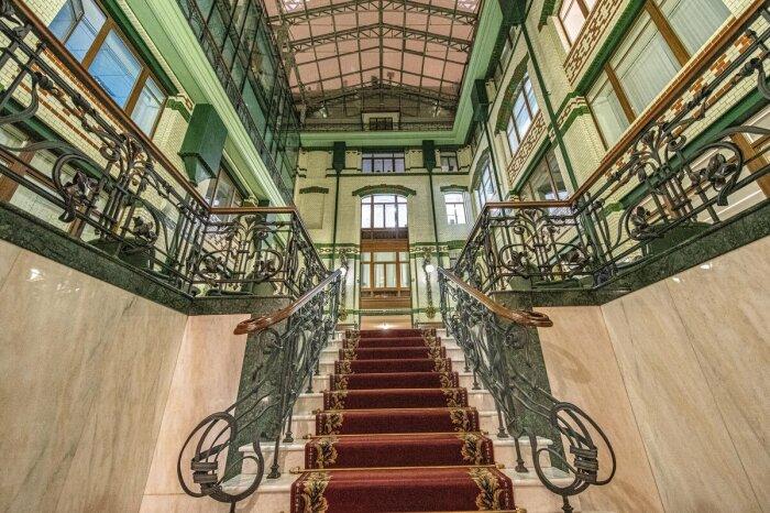 В начале двухтысячных годов здание было реконструировано, сейчас функционирует семь этажей / Фото: fotokto.ru