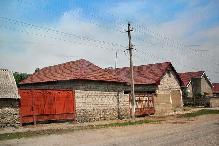 В кабардино-балкарских поселках действительно подавляющая часть домов окнами на улицу не смотрит / Фото: tridnyadozhdya.livejournal.com