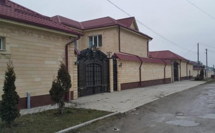 По той же причине здесь востребованы глухие заборы из камня и красивые, внушительных размеров ворота / Фото: ruzem.com