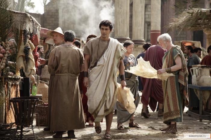 Стиль одежды был позаимствован римлянами у греков, мужчины могли облачаться в тоги / Фото: kinopoisk.ru