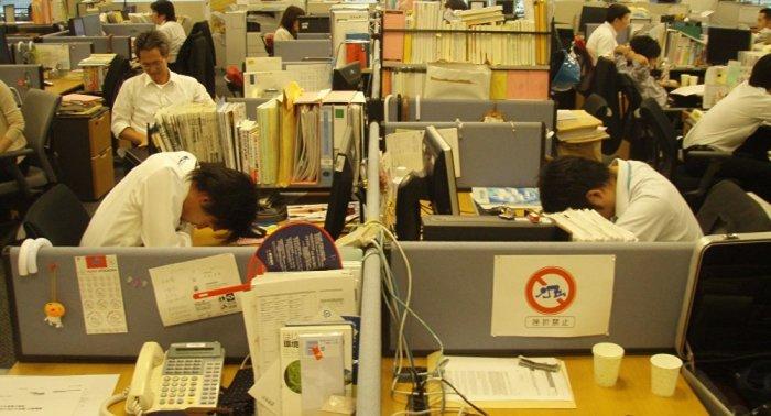 Из-за большого объема работы сотрудники проводят на работе до 16 часов в сутки / Фото: tj.sputniknews.ru