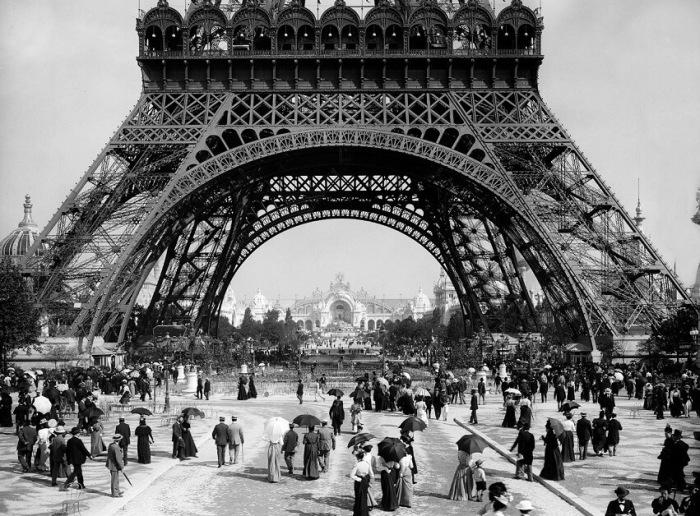 Эйфелеву башню начали строить задолго до появления радио / Фото: evercar.pp.ua