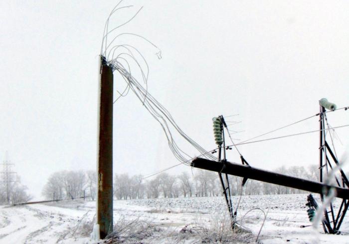 Опора с повреждениями может сложиться вдвое и травмирует электромонтера / Фото: odessa.web2ua.com