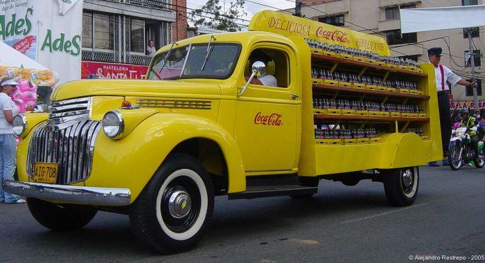 Желтый грузовичок с любимым напитком / Фото: www.pinterest.es