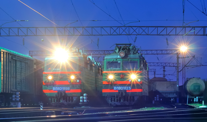 Для освещения дороги на локомотивах предусмотрен прожектор, фары используются для передачи ряда сигналов / Фото: trainpix.org