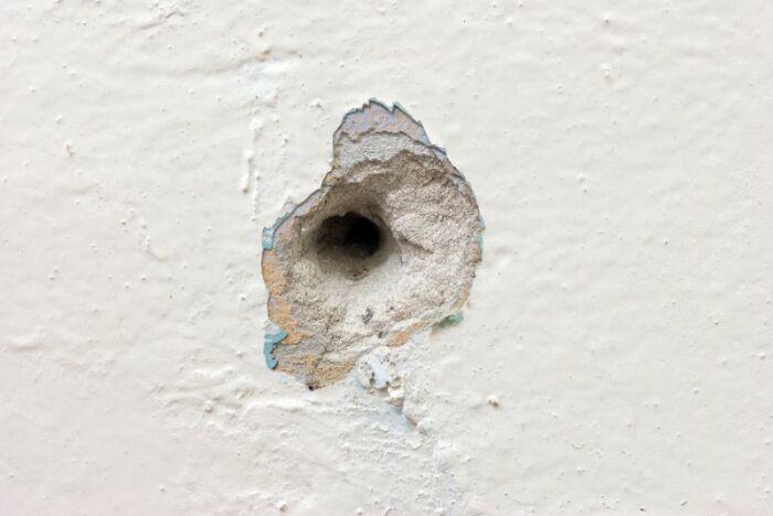 Надежно зафиксировать крепеж в рыхлой стене обычным способом будет сложно / Фото: atn.ua
