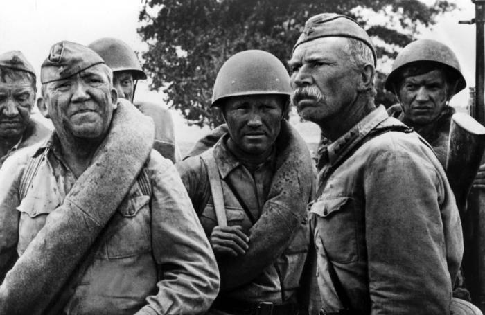 В киноленте «Они сражались за Родину», даже просто слушая не видя картинки, можно четко представить, что происходит на экране / Фото: kinodoom.com