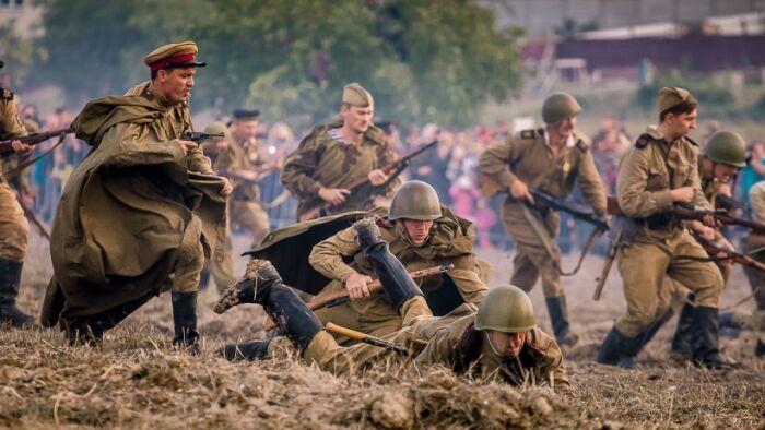 Попадая в серьезную передрягу, практически мясорубку, почему-то герои не просто остаются в живых, но на них и царапин то нет / Фото: culture.ru
