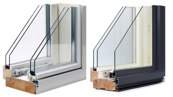 Первая оконная створка с одинарным стеклопакетом сделана из стандартного профиля ПВХ, а вторая – из настоящей карельской березы / Фото: newstop.info