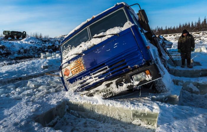 В суровых условиях не всегда можно спасти транспортное средство, поэтому водители оставляют дорогостоящие автомобили гнить на зимниках / Фото: photokarachko.blogspot.com