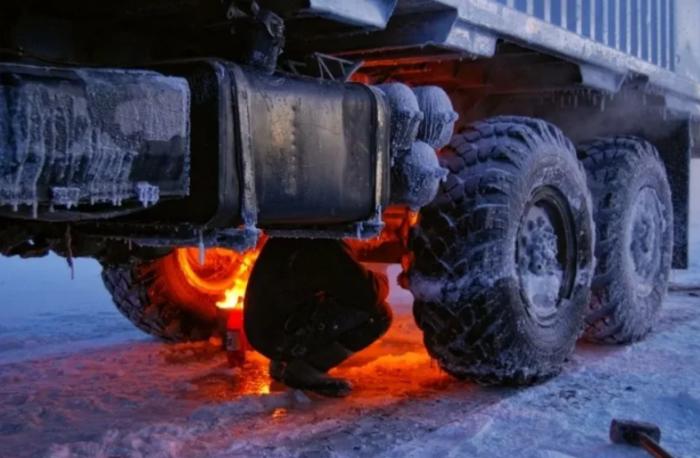 Чтобы не замерзнуть вместе с автомобилем, водитель пережидает мороз на пикете, а потом отогревает транспорт / Фото: yandex.ru