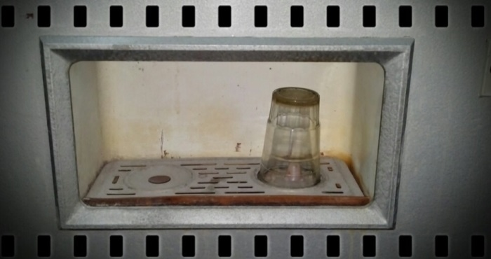 Система ополаскивания зачастую некачественно мыло стаканы, не удаляя даже следы помады / Фото: chippfest.blogspot.com