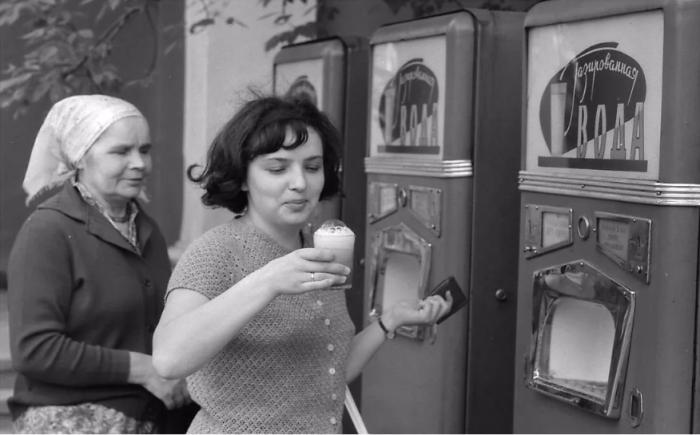 Многие понимали, что пить из общей посуды негигиенично, сочиняли даже страшилки про автоматы / Фото: yandex.ua