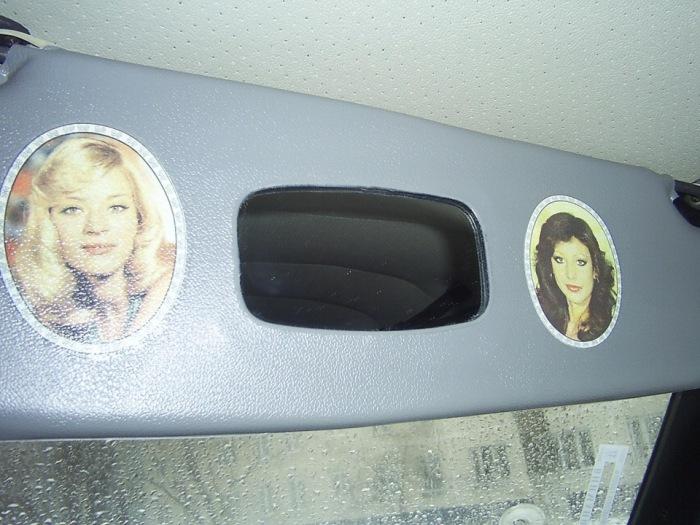 Наклейки можно было увидеть с кабине водителя автобуса или в салоне автомобиля / Фото: yaplakal.com