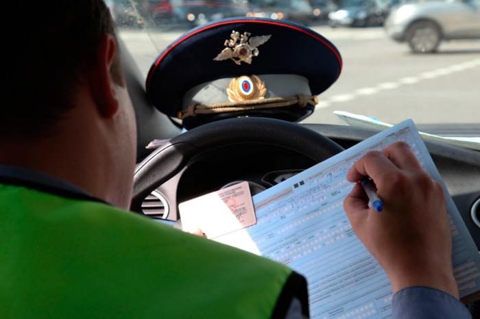 Независимо от факта пересечения сплошной желтой полосы, остановка на ней грозит штрафом / Фото: pravzarulem.ru