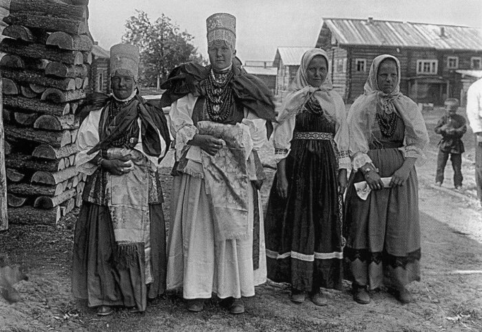 В отличие от замужних женщин старые девы не могли надевать повойники, платки, поневу, кокошники и косынки / Фото: holera-ham.livejournal.com