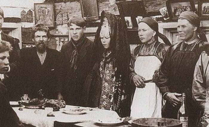 Каждой девушке в день свадьбы обязательно покрывали платком голову, что показывало ее новый статус / Фото: 10by10.ru