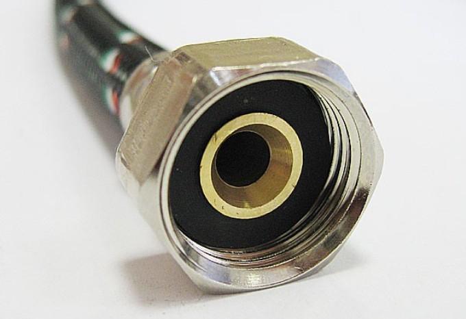 Чтобы подводка прослужила как можно дольше, стоит выбирать изделия с гайками из латуни / Фото: postroy-sam.com