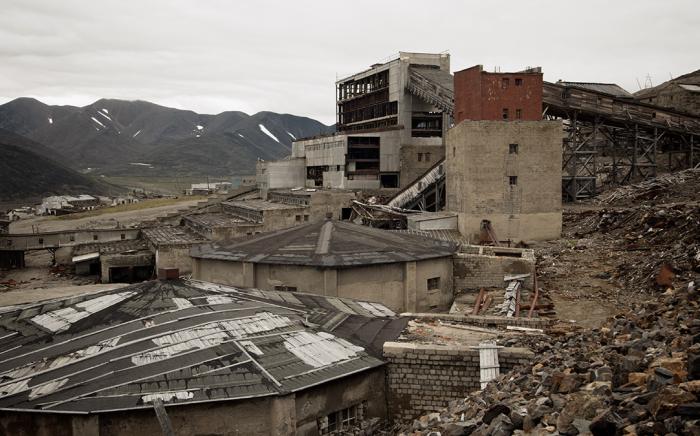 После закрытия ГОКа из-за нерентабельности инфраструктура Иультина начала рушиться / Фото: timurakhmetov.com