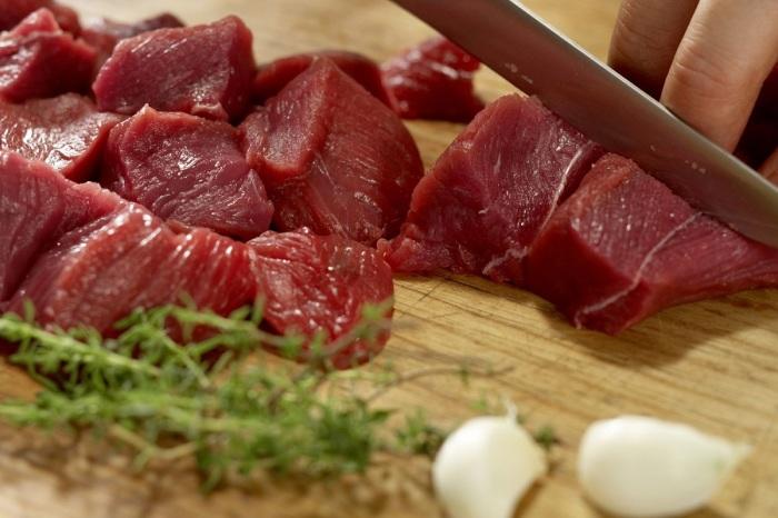 Мясо нарезается небольшими кусочками, желательно в форме квадратиков / Фото: blog.liebherr.com