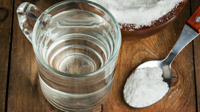 Для приготовления раствора берут две столовые ложки соли и разводят в одном литре воды / Фото: jenjur.ru