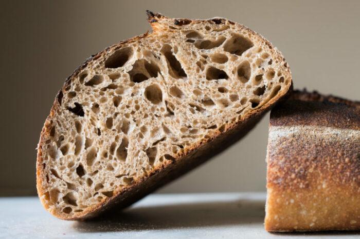 В тесто сейчас добавляют специальный разрыхлитель, который обеспечивает хлебу пористую структуру / Фото: fb.ru