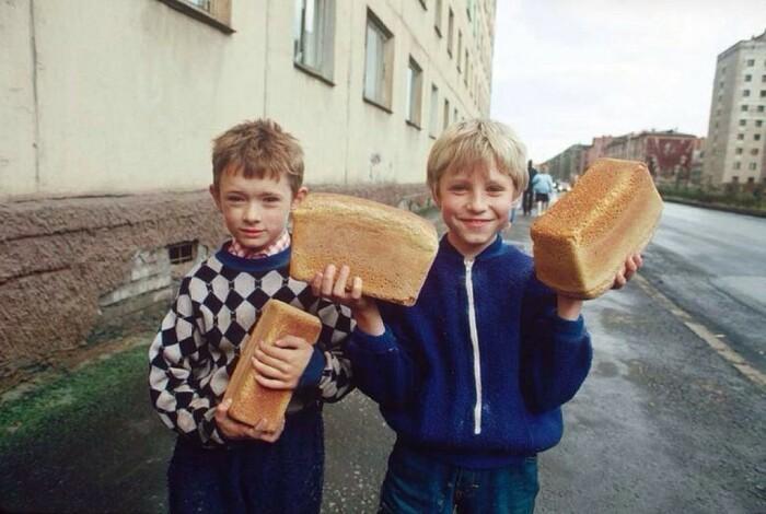 Те, чье детство прошло в Советском Союзе, наверняка помнят эту хрустящую корочку хлеба, которая съедалась еще по пути домой / Фото: ok.ru