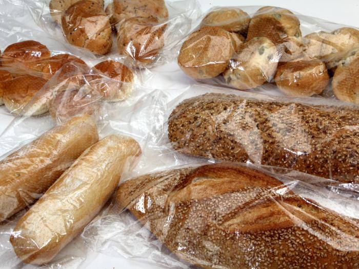 Заводскую упаковку лучше снимать с хлеба и заменять ее на обычный целлофановый пакет / Фото: sfera.fm