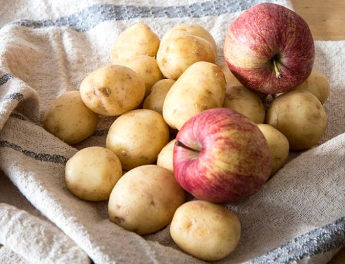 Самый простой способ уберечь картофель от прорастания - положить в ящик пару яблок / Фото: pravdainform.com.ua