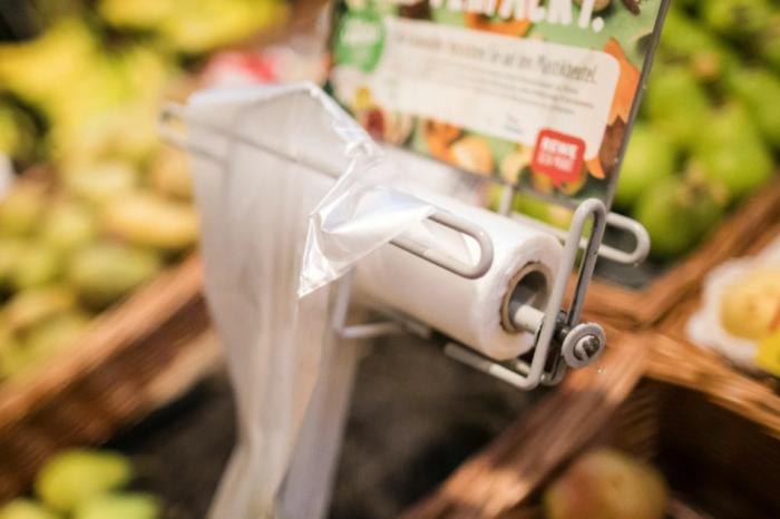 Обычные пакеты, продающиеся в любом супермаркете за копейки, могут стать отличным вариантом / Фото: discours.io