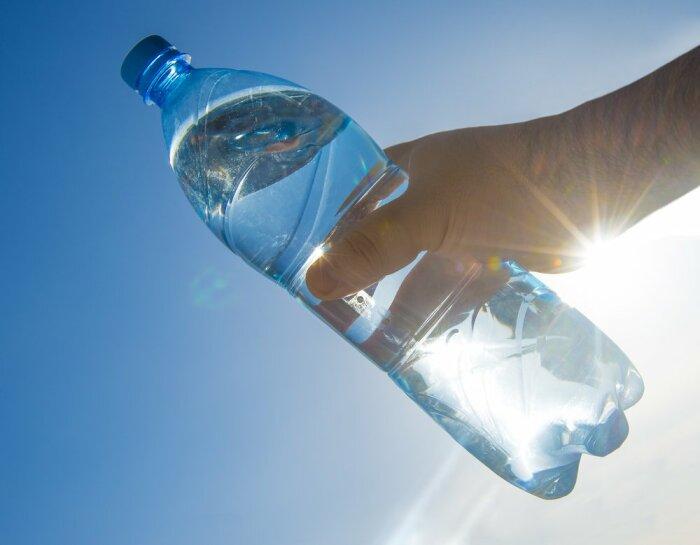Если воды под рукой не оказалось, но есть пластиковая бутылка, можно сделать основу для компаса из нее / Фото: Twitter