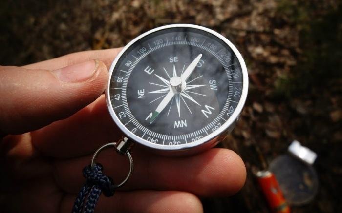 Проще взять с собой компас, подумают многие, но прибор может выйти из строя в самый неподходящий момент или банально потеряться / Фото: ds3sert.ru