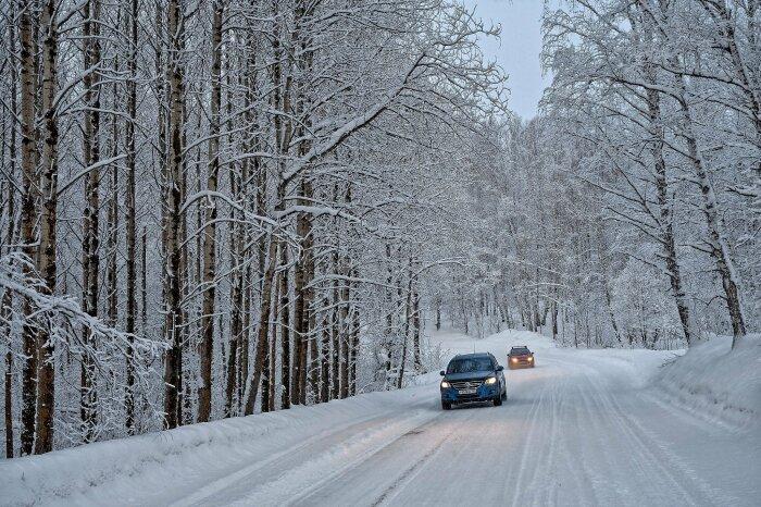 Снег на проезжей части не дает водителях сильно разгоняться / Фото: fotostrana.ru