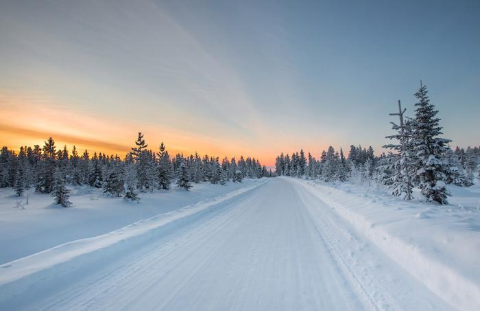 В Скандинавии небольшие дороги и пешеходные дорожки очищают не полностью, оставляют немного снега / Фото: limonos.ru