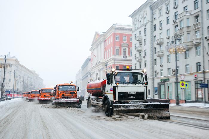 Российские дороги ранее полностью посыпали специальной смесью, сейчас это делают лишь частично, их качественно чистят / Фото: moydom.moscow