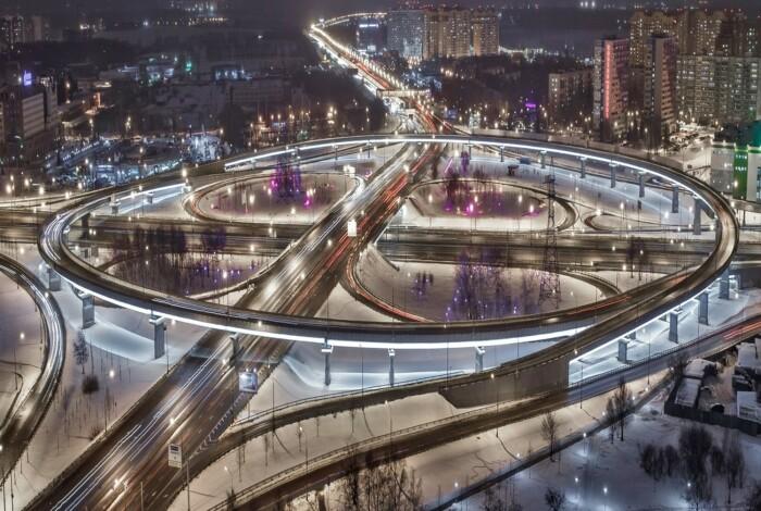 В больших мегаполисах дороги чистят до покрытия, не оставляя снег / Фото: ytro.ru