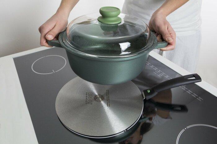 При использовании посуды с дном маленького диаметра следует приобретать специальный переходник / Фото: remontu.com.ua