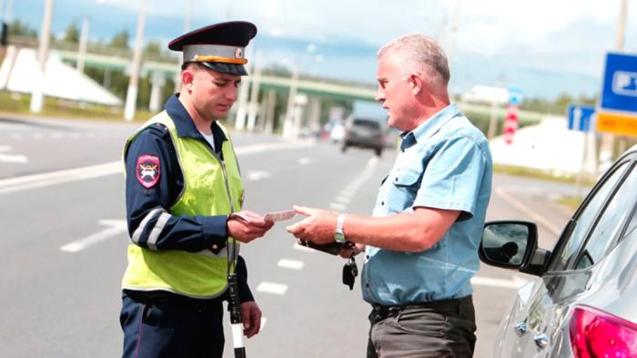 Можно выйти из машины и поинтересоваться у инспектора о причине задержки / Фото: yandex.ru