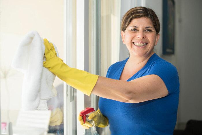 Итальянские женщины считают, что необходимо нанять человека, который будет убираться в доме, а муж обязан за это платить / Фото: capitolsearchdomestic.com
