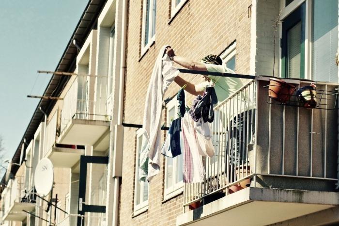 Конечно, вытряхивать скатерть в окно – не самая лучшая идея и делать так нежелательно, но против сложившихся на протяжении веков привычек не попрешь / Фото: izhevsk.mk.ru
