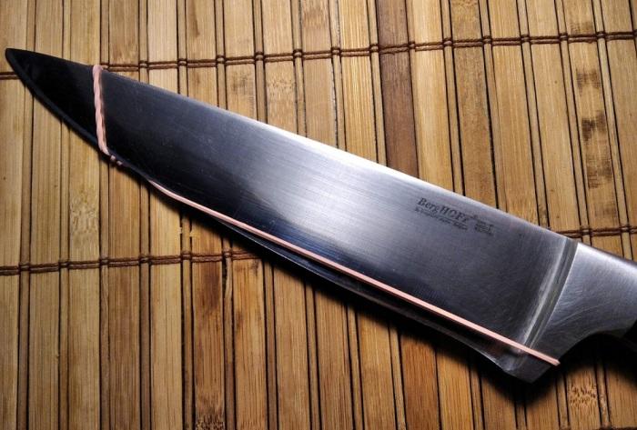 Заранее подготовленная резинка надевается на нож