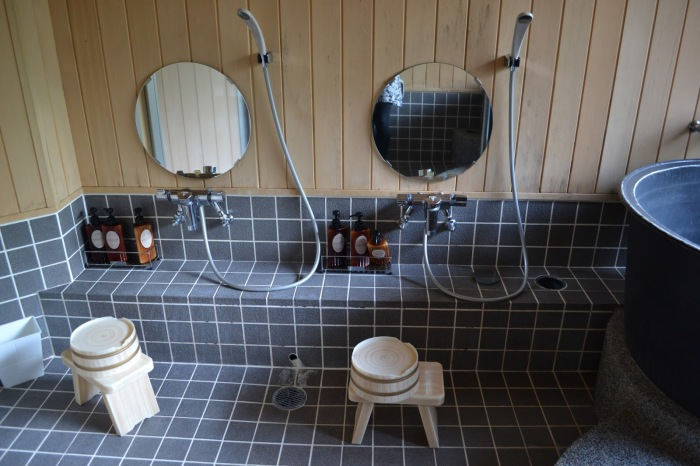 Перед приемом ванной японцы моются в душе / Фото: xxxcolour.com