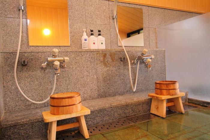 Японцы принимают душ, сидя на табуретке / Фото: 101hotels.ru