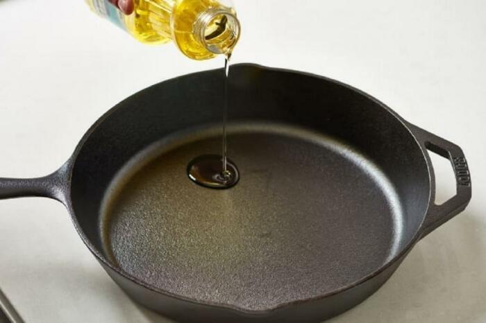 Жарить картошку лучше всего на чугунной сковороде с добавлением растительного масла / Фото: berkem.ru