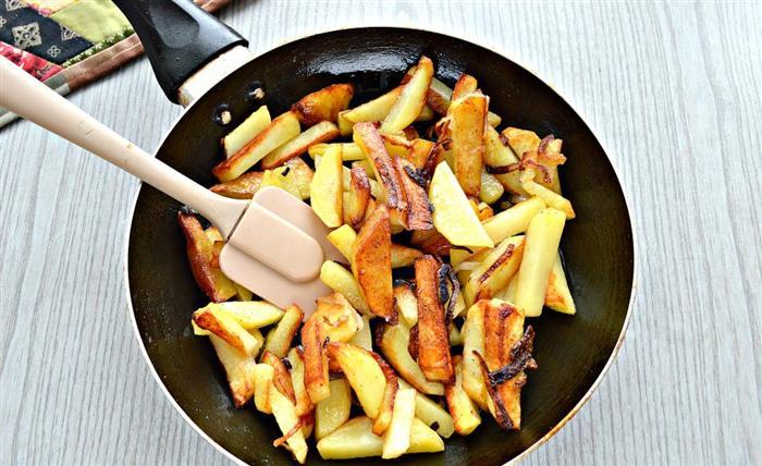 Нельзя часто переворачивать картофель, иначе он не подрумянится / Фото: cookorama.com.ua
