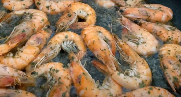 Креветки обжариваются на разогретой сковороде в сливочном масле / Фото: youtube.com